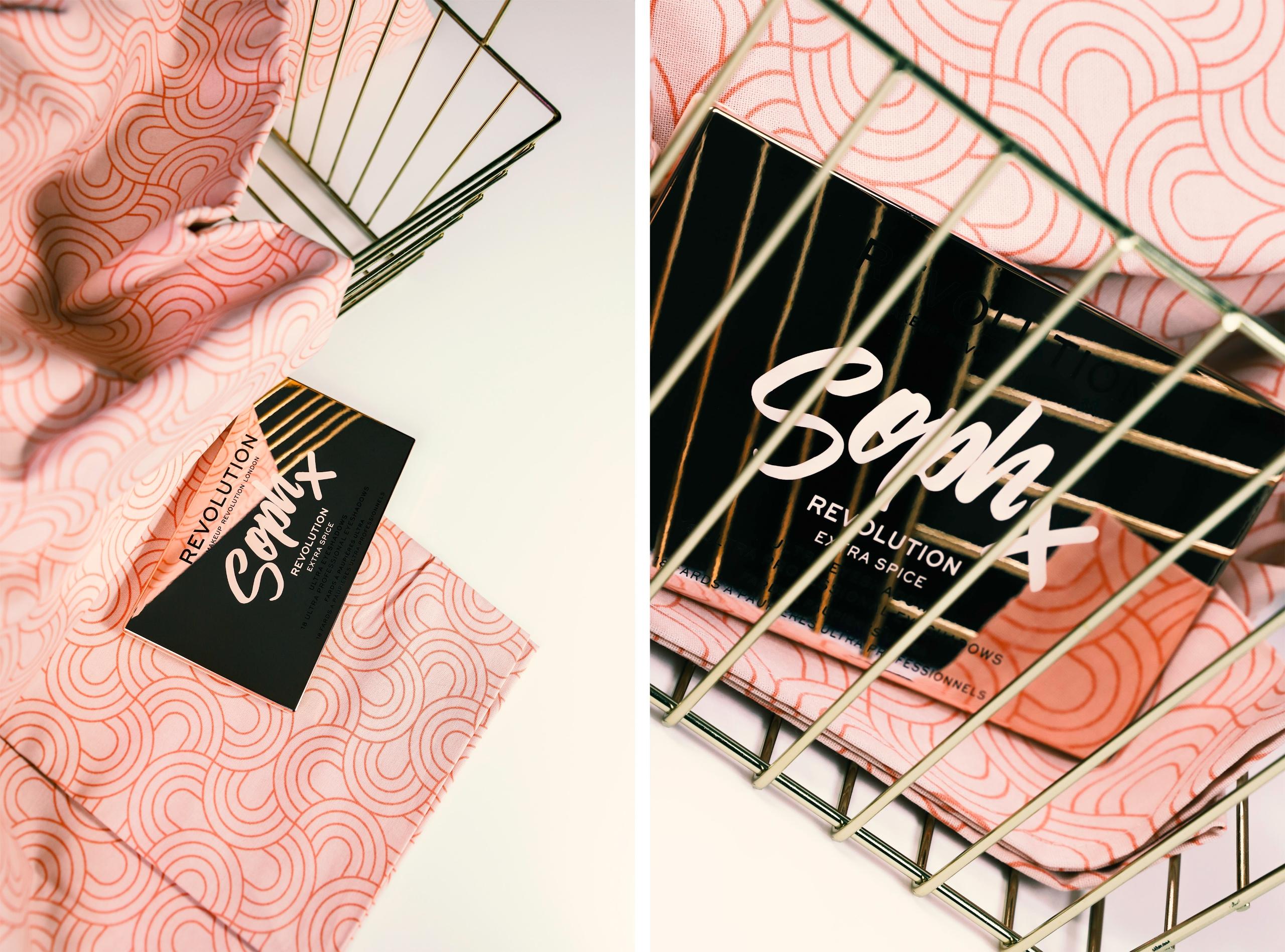 Obraz przedstawia dwa zdjęcia kosmetyku leżącego na jasno-różowym obrusie.